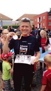 Glad løber Klaus med medaljen i lørdags den 18/666.